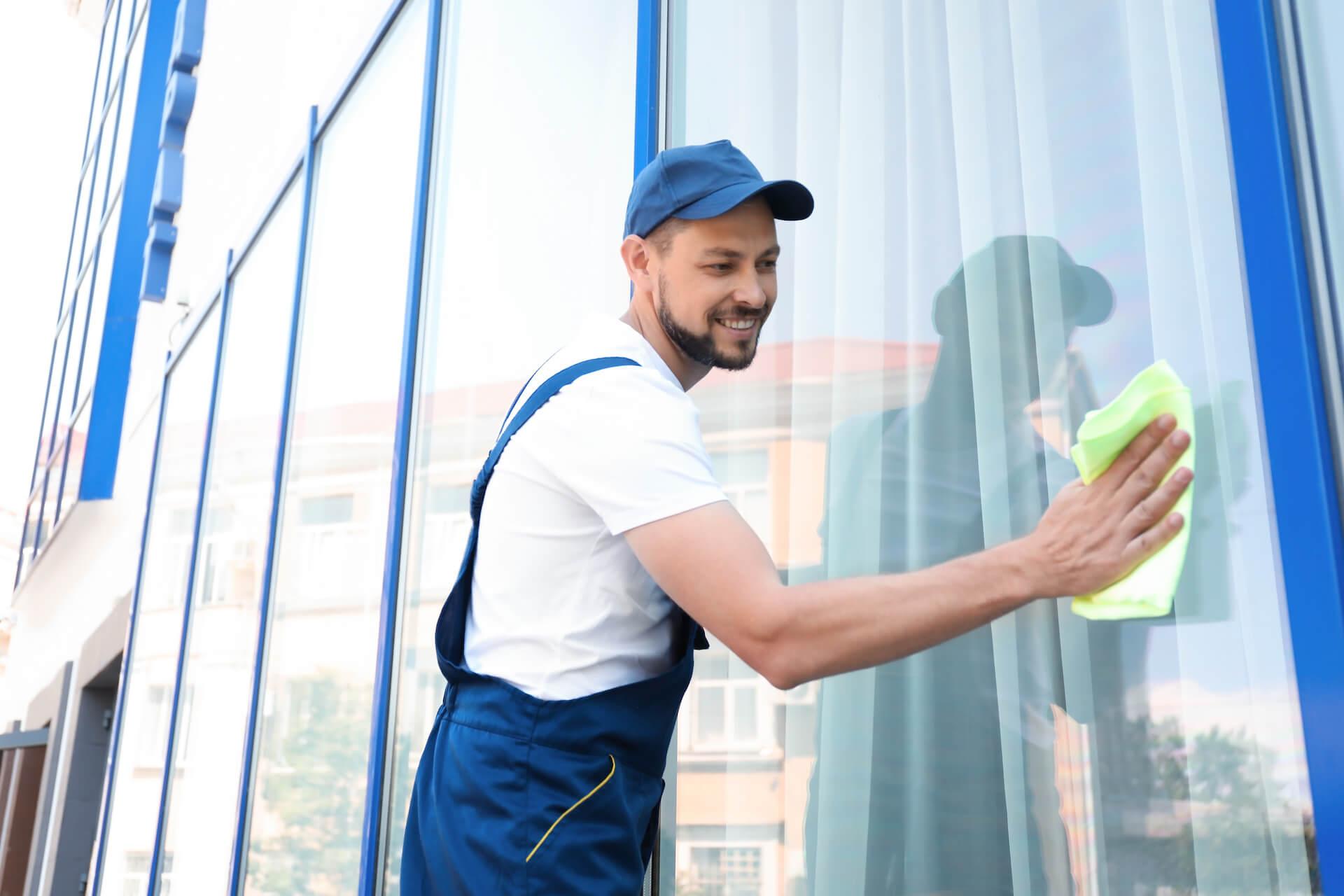 Gebäudereinigung & Fensterreinigung aus Olching Fürstenfeldbruck bei Müchen - Putzfrau am Fenster